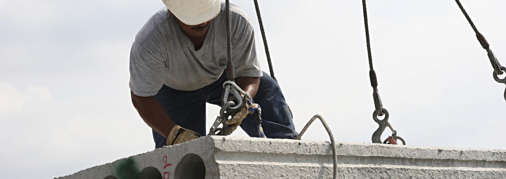 Bauarbeiter der Aridbau GmbH beim Sichern eines Bauträgers